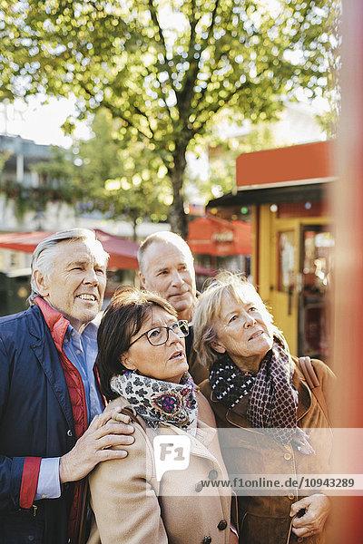 Männliche und weibliche Seniorenfreunde außerhalb des Musiktheaters