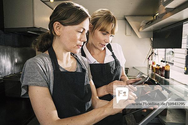 Küchenchefinnen mit Technik im Food-Truck