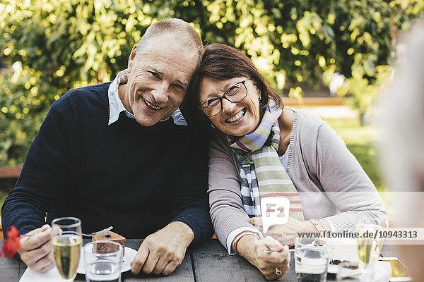 Porträt eines liebenden Seniorenpaares beim Dessert am Kaffeetisch