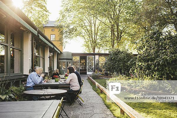 Seniorenpaare beim Essen im Restaurant im Freien