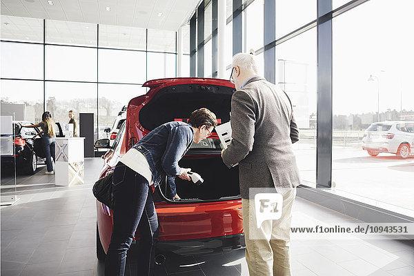 Kunden  die das Auto im Showroom begutachten
