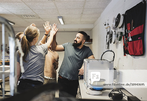Ingenieure in der Werkstatt im Kreativbüro