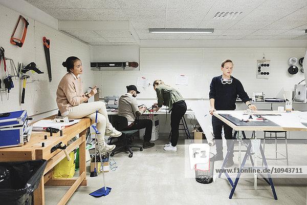Ingenieure arbeiten an einem neuen Projekt in der Werkstatt des Kreativbüros