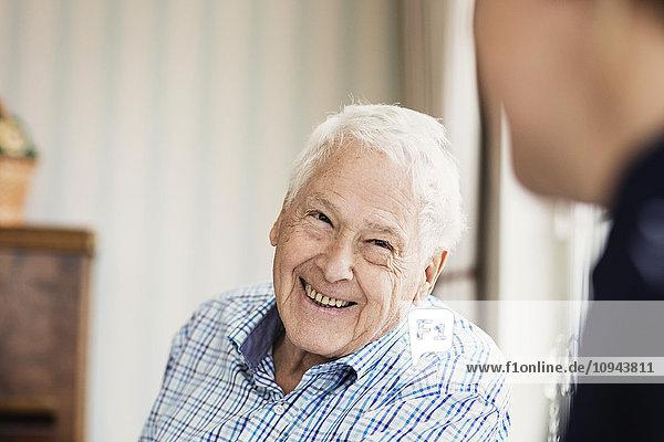 Glücklicher Senior sucht Hausmeister im Pflegeheim
