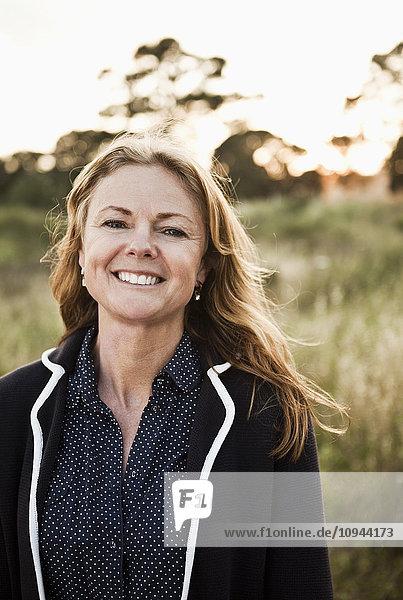 Nahaufnahme Porträt einer lächelnden erwachsenen Frau
