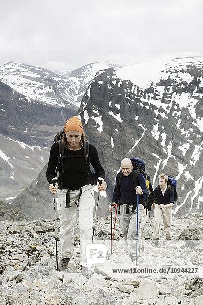 Hochwinkelansicht der Wanderer beim Bergsteigen