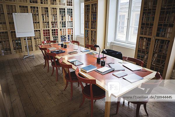 Leere Stühle mit Tisch im Sitzungssaal der Rechtsbibliothek