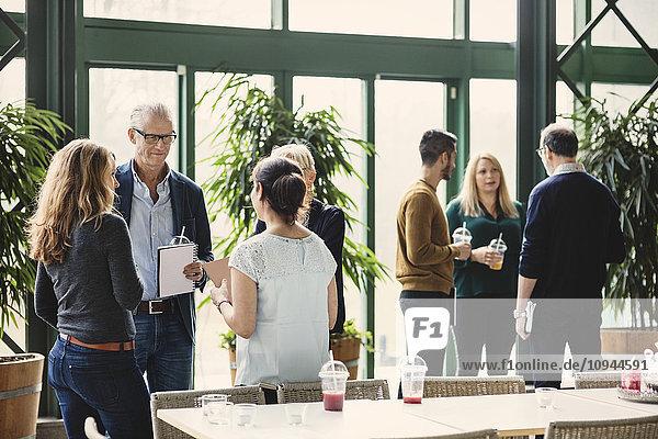 Gruppen von kreativen Geschäftsleuten diskutieren im Büro