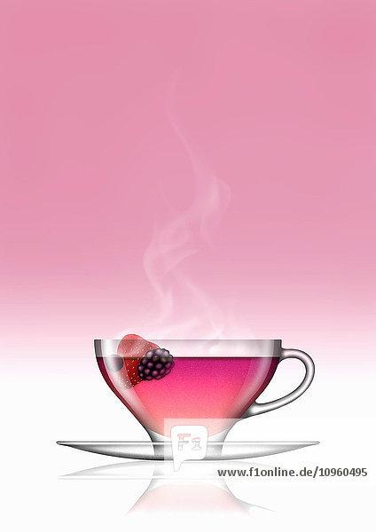 Früchtetee in Glas-Teetasse und Untertasse
