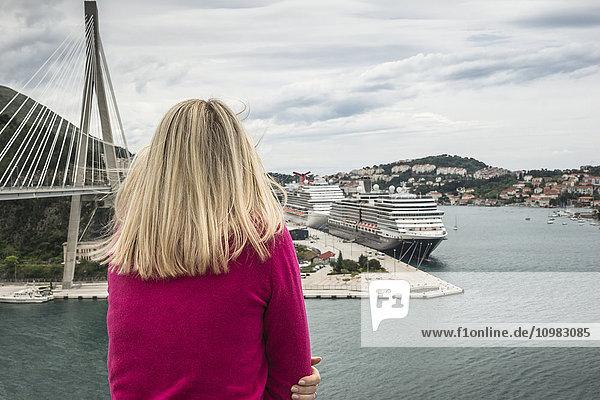 Kroatien  Dubrovnik  Rückansicht der Frau mit Blick auf den Hafen