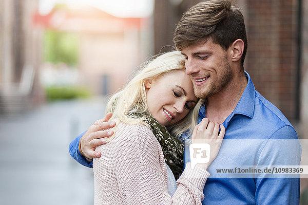 Ein glückliches Paar  das sich im Freien umarmt.