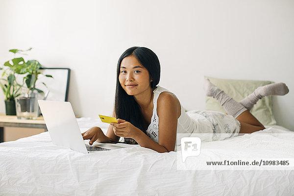 Junge Frau im Bett liegend online einkaufen