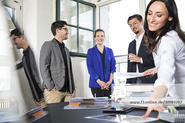 Gruppe von Geschäftsleuten  die im Büro diskutieren