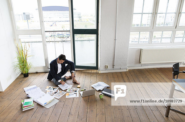 Geschäftsmann  der barfuß auf dem Boden arbeitet