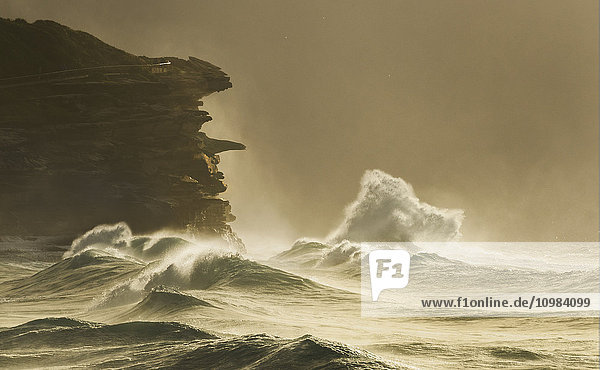 Australien  New South Wales  Rockformation und Surfen