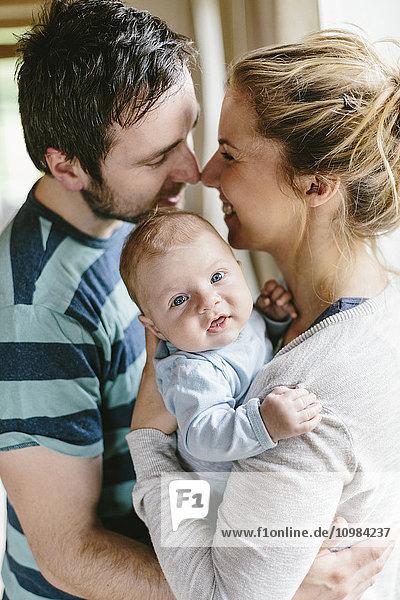 Mutter und Vater mit Jungen