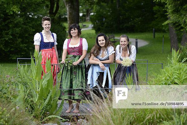 Deutschland  Bayern  vier lächelnde Frauen im Dirndl