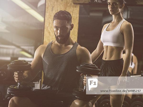 Fitness  Paar in der Turnhalle