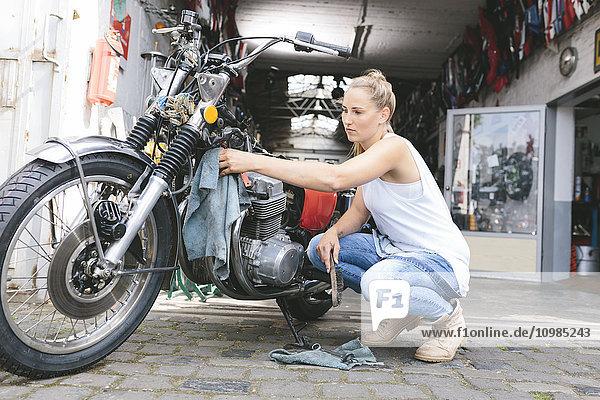 Junge Frau beim Motorradfahren