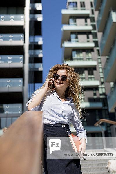 Geschäftsfrau am Handy im Freien
