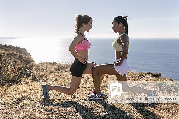 Spanien  Asturien  zwei Sportlerinnen beim Training an der Küste