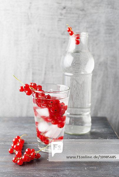 Wasser mit Eiswürfeln  Johannisbeeren  aromatisiert