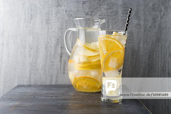 Wasser mit Zitrone  Orange und Ingwer  Eiswürfel  Aroma Wasser mit Zitrone, Orange und Ingwer, Eiswürfel, Aroma