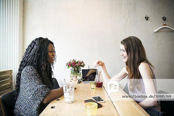 Zwei junge Frauen bei einem Treffen in einem Café