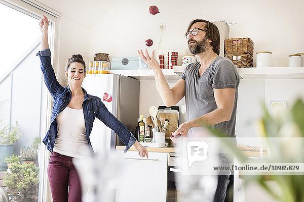 Verspieltes Paar in der Küche