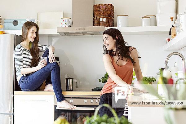 Zwei glückliche Frauen in der Küche