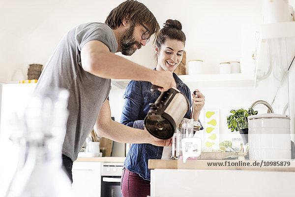 Paar in der Küche bei der Kaffeezubereitung