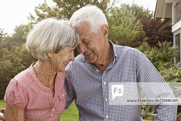 Glückliches Seniorenpaar im Garten
