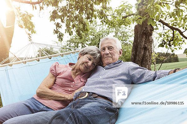 Seniorenpaar entspannt in der Hängematte