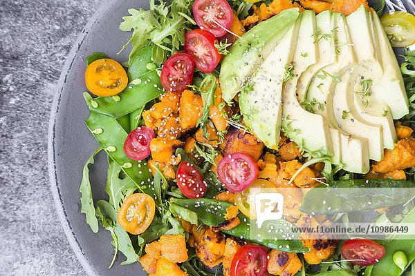 Frischer Salat mit Rucola  Süßkartoffeln  Avocado  Tomaten  Chiasamen  Zuckerschoten