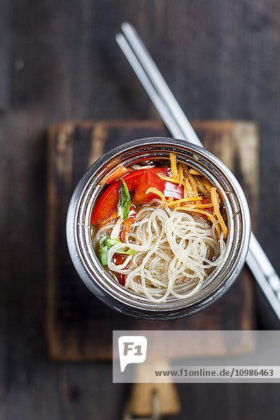 Asiatische Glasnudelsuppe mit Gemüse in der Schüssel