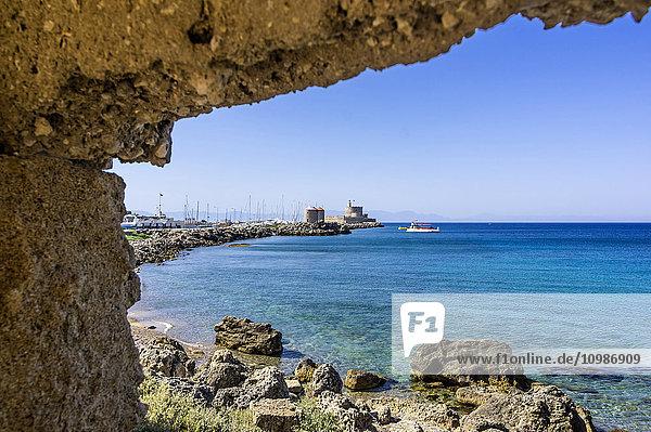 Griechenland  Rhodos  Hafenmole von Mandraki mit Windmühlen