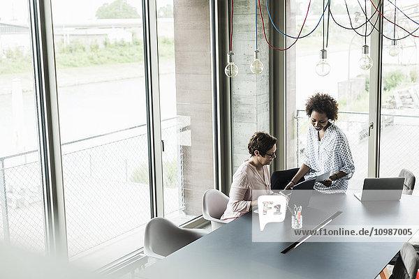 Zwei Frauen arbeiten zusammen in einem Büro