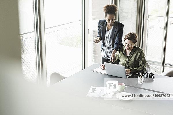 Zwei Geschäftsfrauen in einem Büro