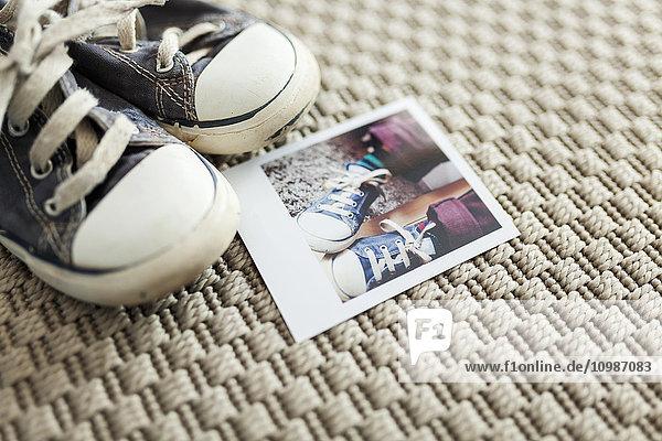 Polaroid der alten Schuhe des kleinen Jungen