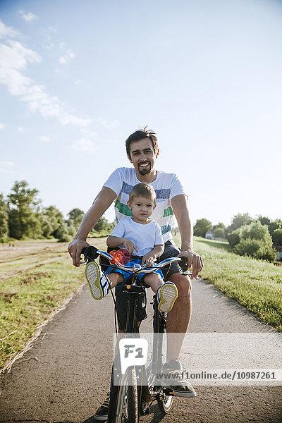 Kleiner Junge auf Fahrradtour mit seinem Vater