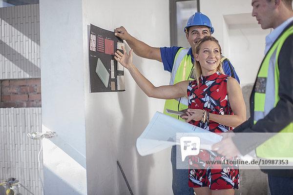 Architektin  Bauarbeiterin und lächelnde Frau
