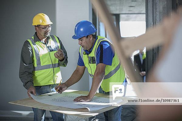 Zwei Bauarbeiter im Gespräch