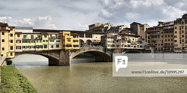 Ponte Vecchio  Medieval bridge crossing the Arno River  now used for art dealers and jewellry stores  Florence  Italy