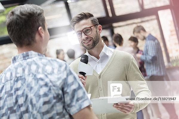 Referent mit Mikrofon bei der Technologiekonferenz