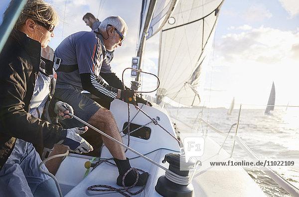 Ehepaar im Ruhestand segelndes Rigg auf Segelboot