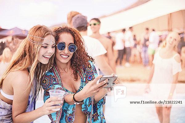 Junge Frauen posieren für Selfie beim Musikfestival