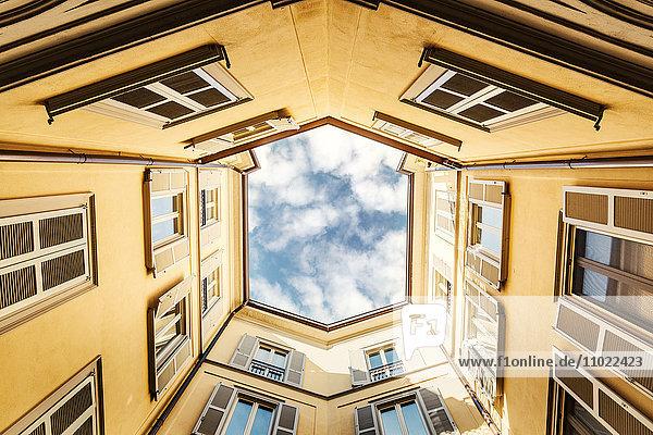 Italien  Mailand  Fassaden eines Hinterhofes von unten gesehen
