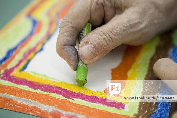 Senior malt im Seniorenheim