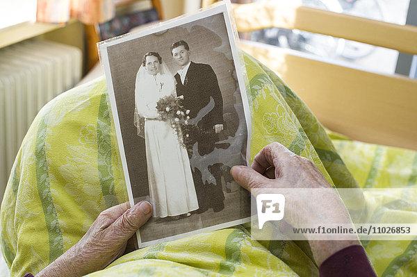 Seniorin mit Foto im Seniorenheim