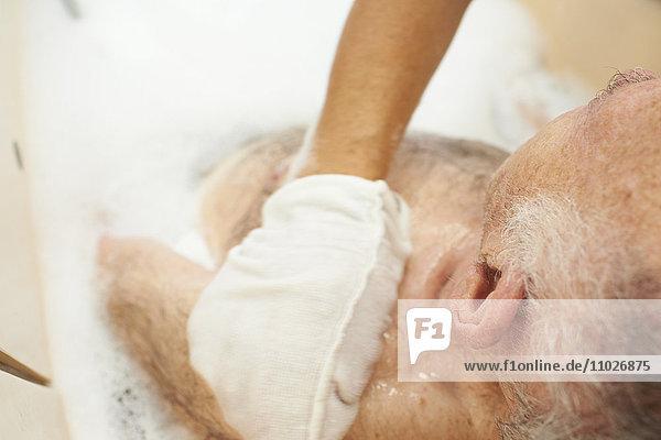 Körperpflege im Seniorenheim